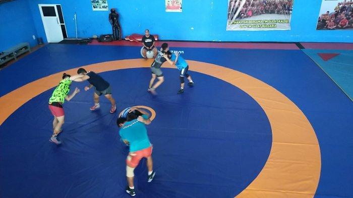Para Atlet Gulat Kalsel Berlatih Layaknya Bertanding Menghadapi Lawan