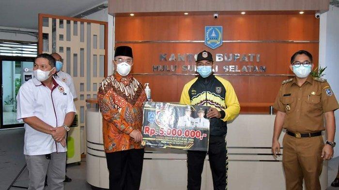 Atlet Kabupaten Hulu Sungai Selatan (HSS) saat menerima bantuan dari Bupati HSS, H Achmad Fikry, didampingi Wakil Bupati, Syamsuri Arsyad, Selasa (31/8/2021). Atlet tersebut akan berlaga mewakili Kalimantan Selatan di PON XX Papua.
