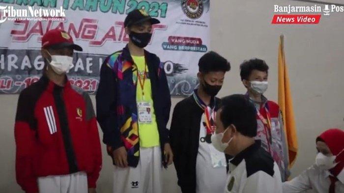 Atlet taekwondo saat menerima medali di ajang Pekan Olahraga Pelajar Daerah Kalimantan Selatan (Popda Kalsel 2021) di Kota Banjarmasin, Jumat (16/7/2021).