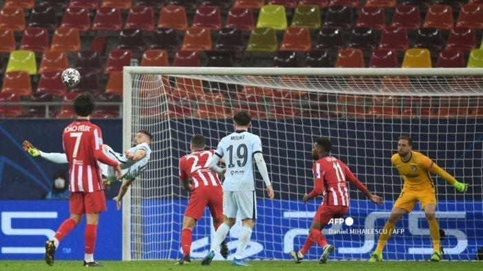 Striker Chelsea Olivier Giroud mencetak gol salto ke gawang Atletico Madrid pada leg pertama babak 16 besar Liga Champions Rabu (24/2/2021) WIB