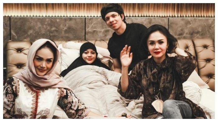 Atta Halilintar dan Aurel Hermansyah dikunjungi Krisdayanti dan Yuni Shara saat lebaran hari ke-2, Jumat (14/5/2021).