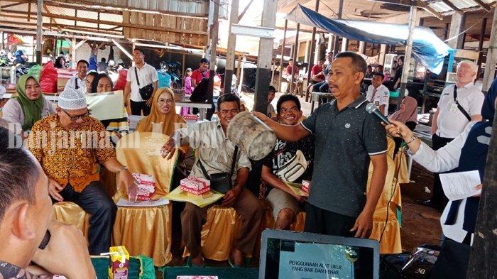 Pedagang Pasar Manuntung Berseri Pelaihari Pertanyakan Literan Beras ke Petugas Ini