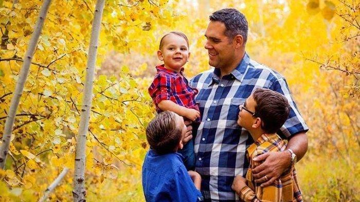 ILUSTRASI kasih sayang Ayah pada anak-anaknya. Hari Ayah Nasional diperingati tiap pada 12 November.