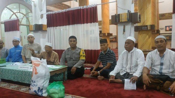 Babinkamtibmas Polsekta Banjarmasin Selatan, Brigadir Abdul Azis pantau penyaluran zakat fitrah di Kota Banjarmasin, Selasa (4/6/2019)