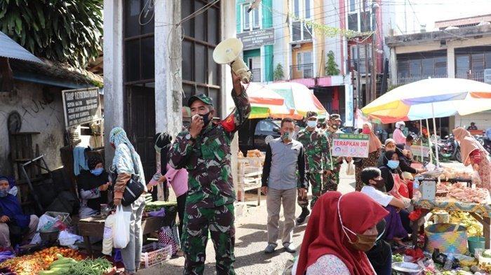 Babinsa Sosialisasikan PPKM Mikro kepada Masyarakat di Pasar Bauntung Banjarbaru