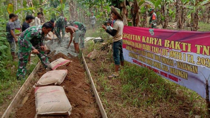Bantu Peningkatan JUT Desa Tigaron Balangan, Babinsa Koramil 1001-01/Juai Kerjasama dengan Warga