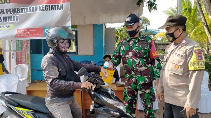 Aparat Desa, Relawan laksanakan pencegahan mudik di Posko PPKM di Desa Bunipah, Aluh-Aluh, Kabupaten Banjar, Kalimantan Selatan.