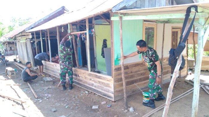 Babinsa dan Warga Gotong Royong Bedah Rumah di Desa Mekar Sari Kabupaten Tapin