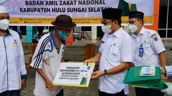 Pengendara Becak Motor dapat Santunan dari BAZNAS Kabupaten HSS