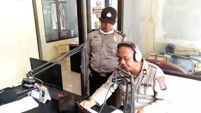 Sosialisasikan Maklumat Kapolri ke Pelosok Desa, Satbinmas Polres HSS Siarkan Melalui Radio