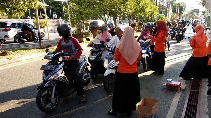 Bagikan Takjil Kepada Warga di Kota Amuntai Kabupaten HSU