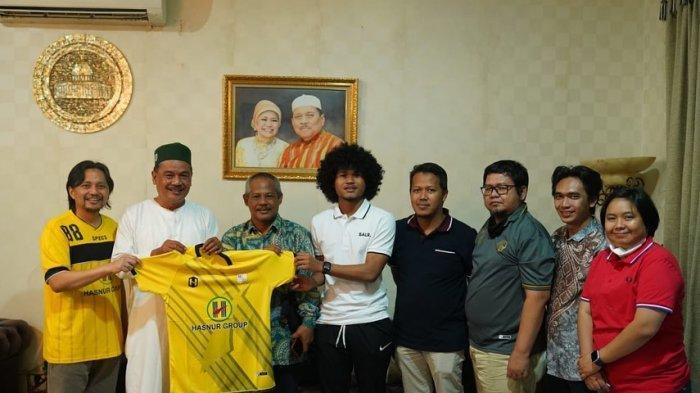 Bagus Kahfi mengunggah foto dirinya bersama CEO Barito Putera Hasnuryadi Sulaeman di media sosial Instagramnya @baguskahfiii. Pertemuan ini setelah polemik transfer ke FC Utrecht
