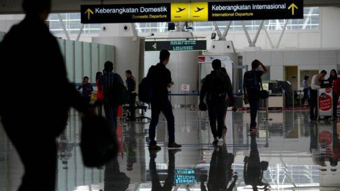 Calon penumpang memasuki ruang tunggu keberangkatan di Terminal 2 Bandara Juanda, Sidoarjo, Jawa Timur, Minggu (1/3/2015). Mulai 1 Maret, Bandara Juanda dan 12 bandara lain yang dikelola PT Angkasa Pura I menerapkan pungutan jasa layanan penumpang yang sudah masuk dalam harga tiket penumpang.(KOMPAS / IWAN SETIYAWAN)