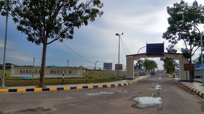 Penghentian penerbangan komersil juga berlaku di Bandara Warukin Kabupaten Tabalong. Bandara pun, sepi sejak kebijakan ini diberlakukan.