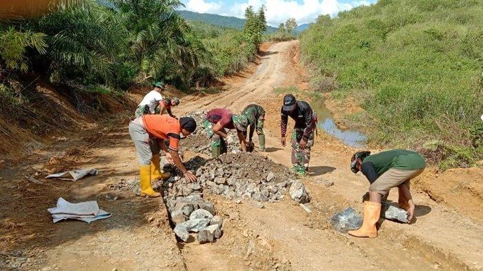 Pengerjaan fisik, bangun jalan tembus dua kabupaten, dalam Program TMMD ke-111 dilaksanakan Kodim 1009/Tanahlaut di wilayah Kabupaten Tanahlaut (Tala), Provinsi Kalimantan Selatan.
