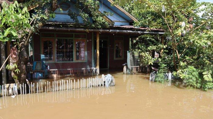 Banjir akibat meluapnya Sungai Katingan melanda permukiman warga Katingan Tengah Kabupaten Katingan, Kalimantan Tengah. Ribuan rumag warga terdampak banjir. Perugas saat memeriksa kesehatan warga yang rumahnya terendam banjir.