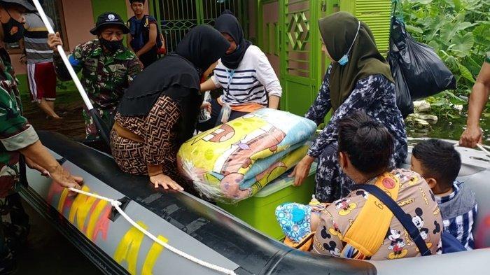 Proses evakuasi warga dari lokasi banjir cukup parah di kawasan Hikmah Banua, Jalan A Yani Km 6, Kecamatan Banjarmasin Selatan, Kota Banjarmasin, Provinsi Kalimantan Selatan, Selasa (19/1/2021).