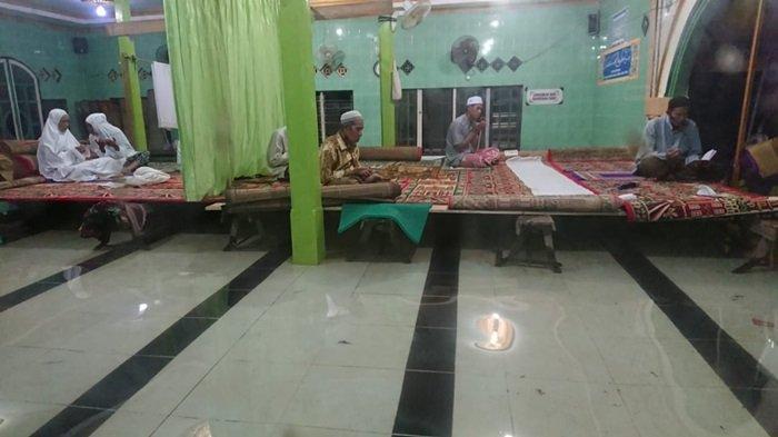 Masjid Tergenang Banjir, Warga Kecamatan Kurau Tanahlaut Salat Berjemaah di Atas Apar-apar