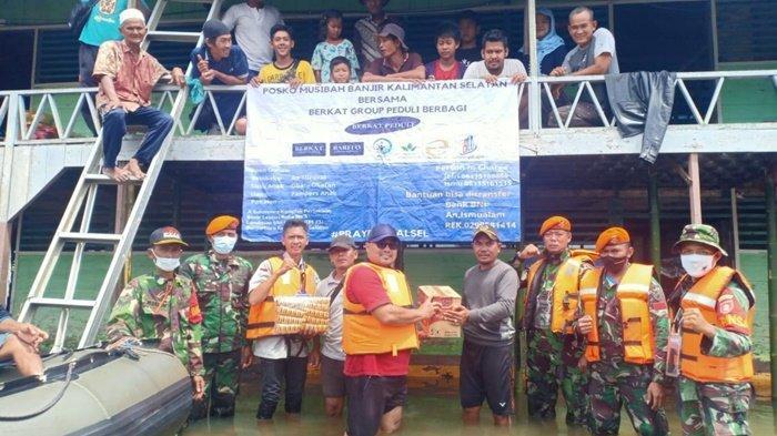 Babinsa Bantu Relawan Kirim Bantuan Sembako ke Pelosok di Kabupaten Banjar
