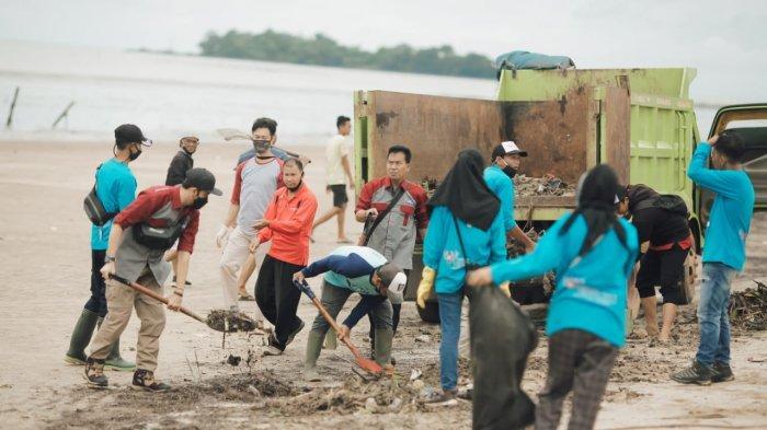 Banjir Kalsel, Pokdarwis Bersihkan Pantai Batakan Baru  Kotor Akibat Pasang Besar Lautan