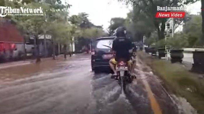 VIDEO Banjir di Kalsel, Lalu Lintas Lancar di Depan Kampus ULM Banjarmasin