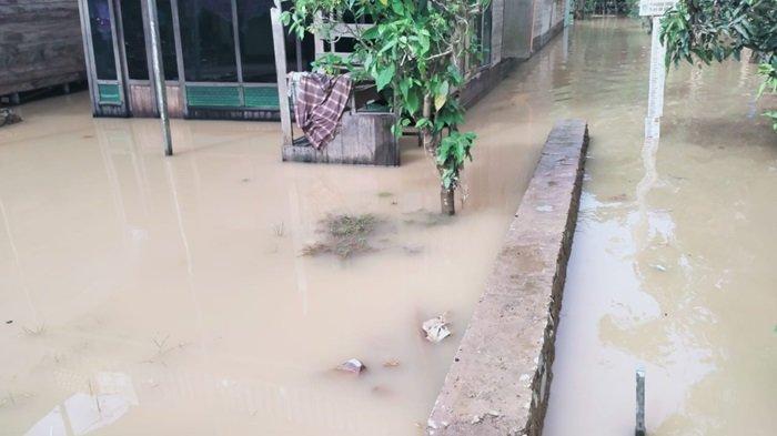 Banjir di Kalsel, Air Meninggi di Desa Benteng Pengaron, Kabupaten Banjar, Warga Waspada