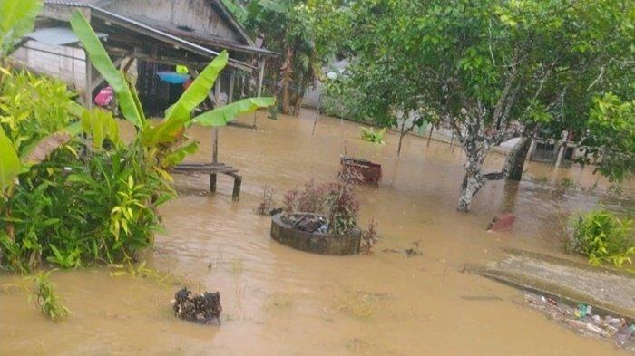 Banjir Kalsel. Luapan sungai merendam satu wilayah di Kecamatan Limpasu, Kabupaten Hulu Sungai Tengah (HST), Provinsi Kalimantan Selatan, Minggu (20/6/2021).