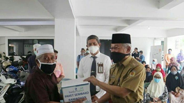 Bank Kalsel Barabai Salurkan 220 Paket Sembako ke Pensiunan ASN