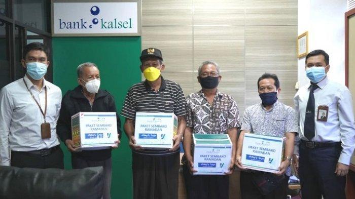 Peduli Nasabah, Bank Kalsel Batulicin Bagikan Paket Sembako Ramadan Untuk Pensiunan ASN Pemkab Tanbu