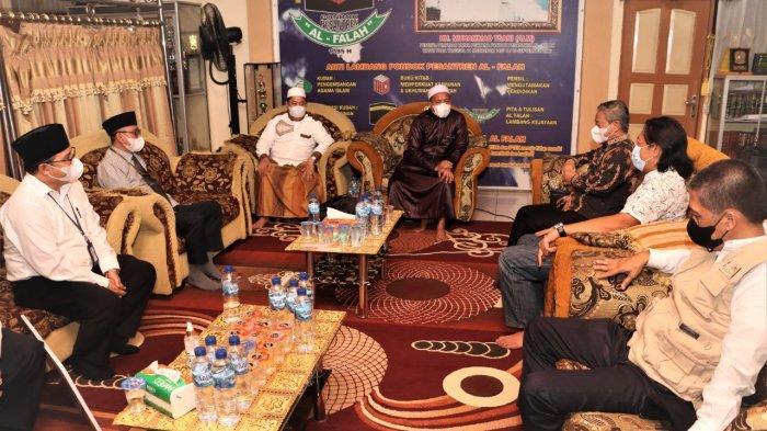 Bank Kalsel melalui UPZ (Unit Pengumpul Zakat) memberikan bantuan sebesar Rp 100 juta kepada Ponpes Al Falah Banjarbaru