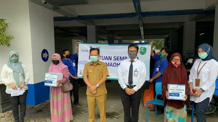 Bank Kalsel Rantau Salurkan 150 Paket Sembako kepada Pensiunan ASN