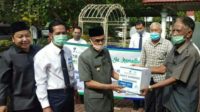Bank Kalsel Salurkan Bantuan Sembako untuk Masyarakat Terdampak Covid-19 di Kabupaten Banjar