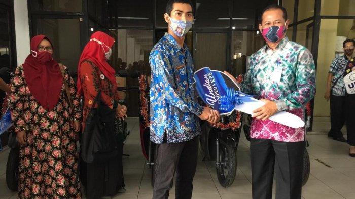 Bank Kalsel Serahkan 5 Sepeda Motor ke Pemenang Undian Simpeda KPE VI 2020.
