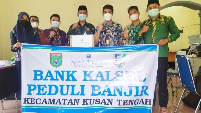Camat Kusan Tengah Tanahbumbu Terima bantuan Bank Kalsel untuk Warga Terdampak Banjir