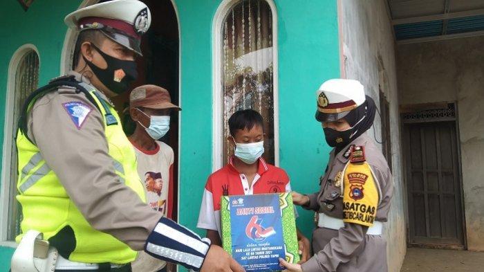 Sambut Hari Lalulintas Bhayangkara Ke-66, Kasatlantas Polres Tapin Door To Door Bagikan Sembako
