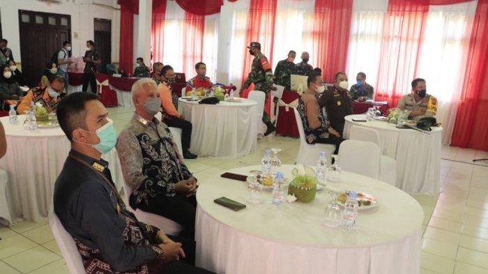 Pemerintah Kota Banjarbaru dan Dandim 1006 Banjar serahkan bantuan tunai untuk Pedagang Kaki Lima dan Warung .