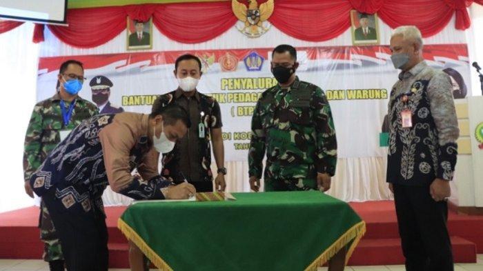 Pemerintah Kota Banjarbaru dan Dandim 1006 Banjar serahkan bantuan tunai untuk Pedagang Kaki Lima dan Warung, Kamis (14/10/2021).