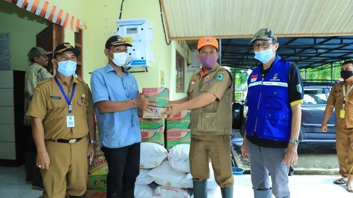 Penyaluran bantuan untuk para korban banjir melalui Camat Banjang dan Camat Amuntai Utara, Kabupaten Hulu Sungai Utara (HSU).