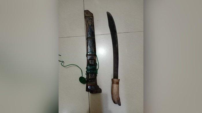 Barang bukti parang pembunuhan di KM 38 Sompil Satui