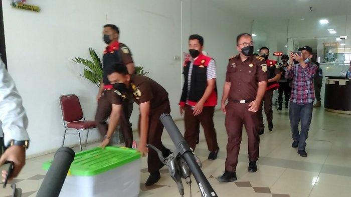 Korupsi Kalsel : Digeledah Kejari Tanbu, Pintu Masuk Kantor Perusda BJU Dijaga Brimob