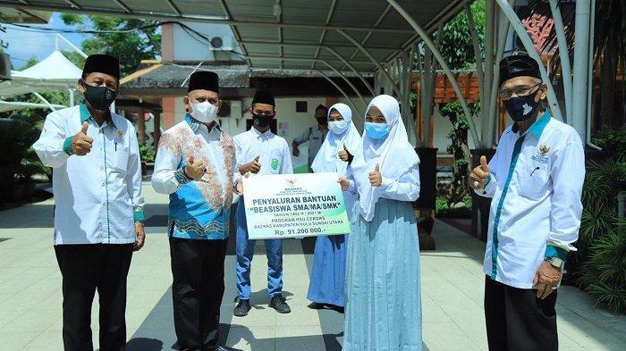 Bupati Hulu Sungai Utara (HSU)  H. Abdul Wahid HK menyerahkan beasiswa program Baznas HSU untuk pelajar HSU.