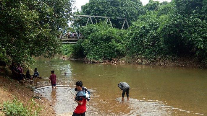 Air Sungai yang Segar Berasal dari Gunung Memanjakan Warga Kampung Sungaitabuk di Desa Kiram