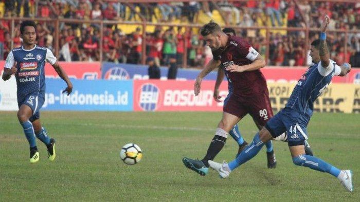 Bek Arema FC, Arthur Cunha disakikan rekan setimnya, Hendro Siswanto (kiri) saat mencoba menghentikan gelandang PSM Makassar, Wiljan Pluim pada lanjutan Liga 1 2018 di Stadion Andi Mattalatta, Kota Makassar, 14 Oktober 2018.