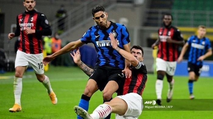 Bek Inter Milan asal Maroko Achraf Hakimi (kiri) bertarung memperebutkan bola dengan bek Italia AC Milan Alessio Romagnoli dalam pertandingan sepak bola Serie A Italia antara Inter Milan dan AC Milan di stadion San Siro di Milan pada 17 Oktober 2020.