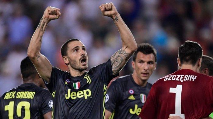 Bek Juventus, Leonardo Bonucci, merayakan kemenangan timnya atas Valencia dalam laga Grup H Liga Champions di Stadion Mestalla, Valencia, Spanyol pada 19 September 2018.