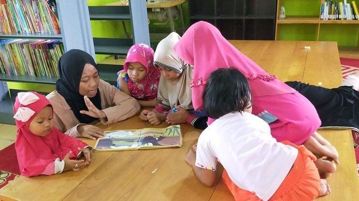 KalselPedia - Kegiatan di Perpustakaan Laskar Pelang Mahela Kabupaten HST