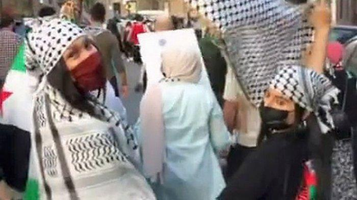 Kibarkan Bendera Palestina, Aksi Bella Hadid Saat Turun ke Jalan Tentang Serangan Israel Terekam