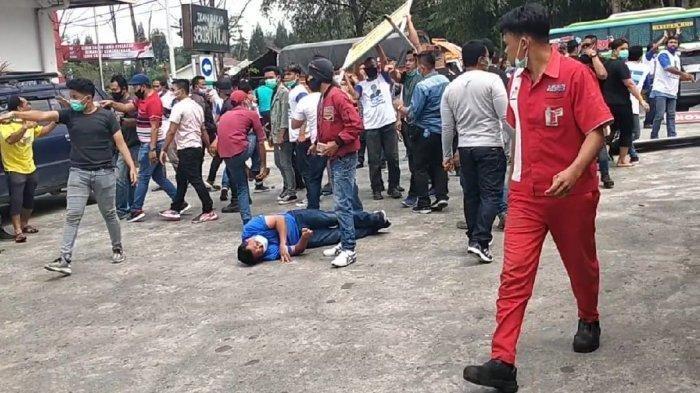 BENTROK KLB Demokrat, Lagi Makan Siang Massa AHY Diserang Kubu Moeldoko yang Bawa Batu & Kayu