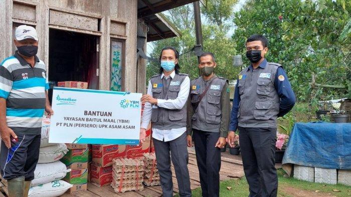 beberapa karung beras, dan puluhan bahan makanan dibagikan oleh karyawan YBM PLN UPK Asam Asam di lokasi pengungsian warga desa Asam Asam dan desa Simpang Empat Sungai Baru.