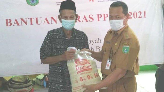 Penyaluran Beras Bantuan di Tengah Pelaksanaan PPKM untuk Warga Kabupaten Tanbu